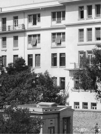 """Το ιστορικό κτίριο του Χημείου στην οδό Σόλωνος στο κέντρο της Αθήνας . Την εποχή των διαλέξεων του """"Κύκλου του Τριάντα"""" ήταν ήδη τριώροφο και συγκέντρωνε την αφρόκρεμα των θετικών επιστημόνων."""