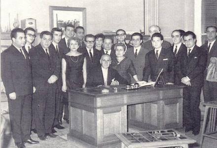 """Ο Καίσαρ Αλεξόπουλος μαζί με συνεργάτες του. Νεαρός συμμετείχει στις συζητήσεις του """"Κύκλου του Τριάντα"""". Μια από τις διαλέξεις του εκεί είχε αντικείμενο την τηλεόραση."""