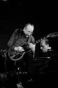 Ο Les Paul εκτός από εξαίρετος μουσικός ήταν εκείνος που βοήθησε τον «Επι» στην εξέλιξη του ήχου της ηλεκτρικής κιθάρας
