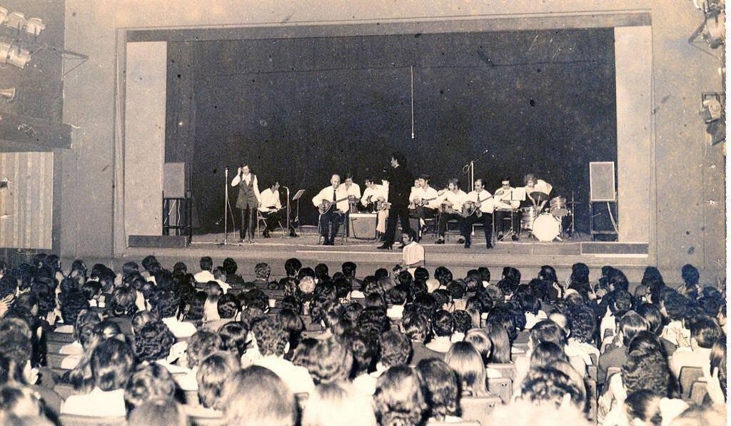 Η πρώτη συναυλία του Σπύρου Σαμοΐλη. Θέατρο «ΔΙΑΝΑ] - Ιπποκράτους. 29 Μάη 1972. Στη δεύτερη σειρά, από κέντρο προς δεξιά, με τ' άσπρα μαλλιά, ο Κώστας Βάρναλης.