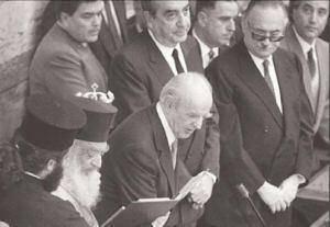 Ο Πρόεδρος, ο πρωθυπουργός και λίγο πιο πίσω ο Αθ. Κανελλόπουλος. Αρχιτέκτονας μεταξύ άλλων της υπερψήφισης Καραμανλή και το 1980.