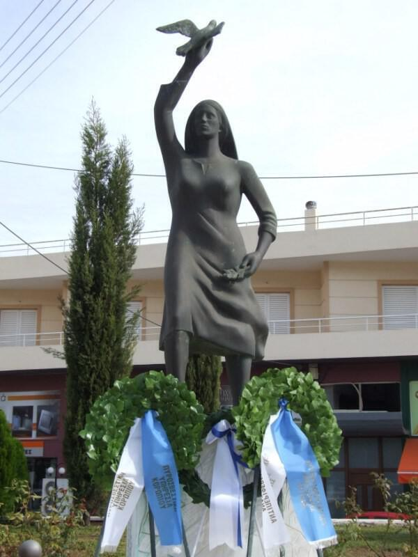 Το μνημείο στην πλατεία 9ης Οκτωβρίου 1944 στο Κορωπί
